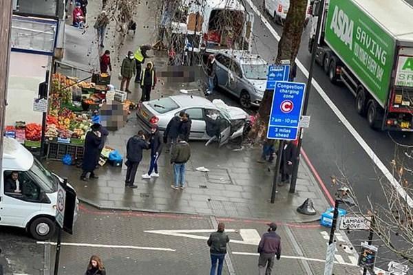 برخورد خودرو به عابران پیاده در انگلیس ، چندین نفر به شدت مجروح شدند